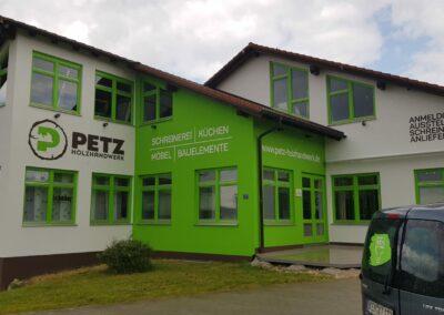 Fassadenanstrich mit Beschriftung Schreinerei Petz in Altmannstein